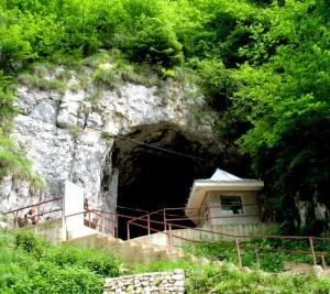 intrare-pestera-dambovicioara-300x267