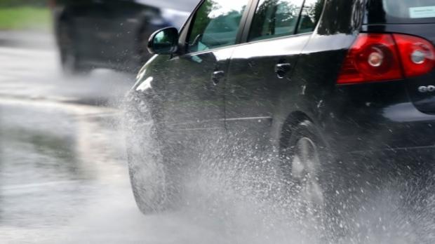 Condusul pe timp de ploaie